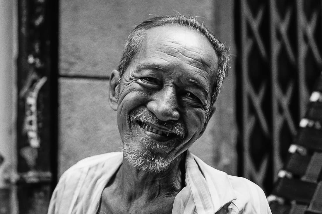 無精髭の男の笑顔