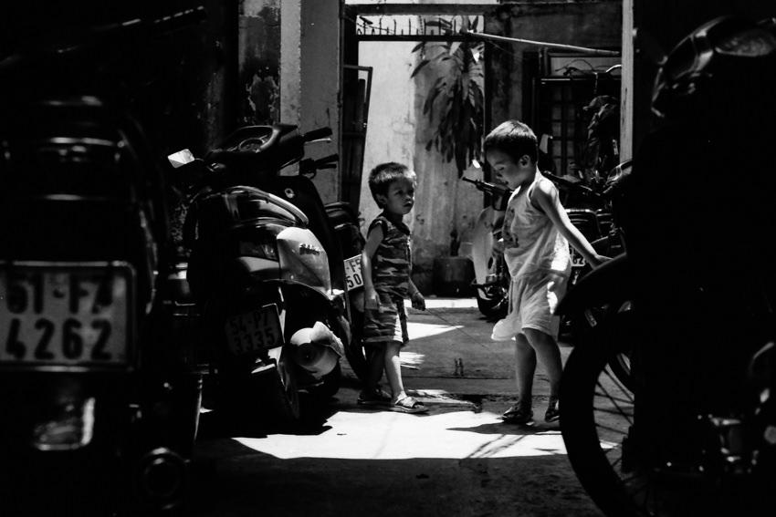 薄暗い路地で遊ぶ男の子たち