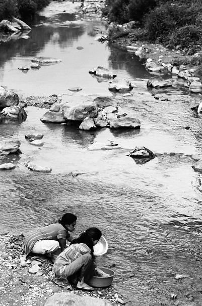川で洗濯する二人の女