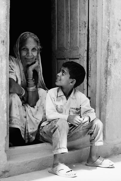 孫と一緒に寛いでいたおばあさん