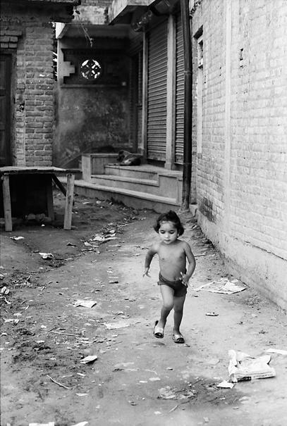少女は路地を走る @ ネパール