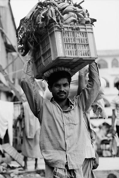 バナナを運ぶ男
