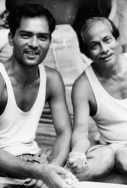 タンクトップを着た二人の男