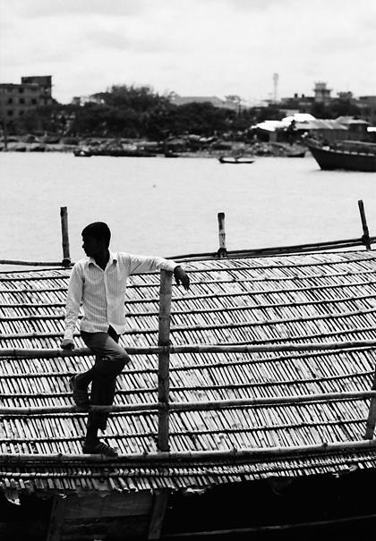 屋根の上に立つ男