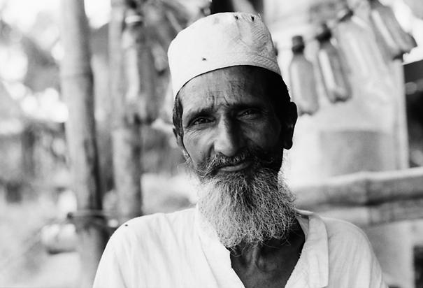 白い帽子を被って白い髭を蓄えた男