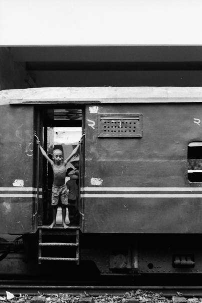列車の乗降口に立つ男の子