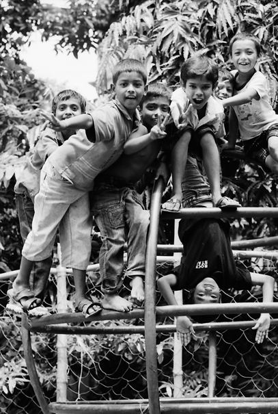 ジャングルジムの上の子どもたち