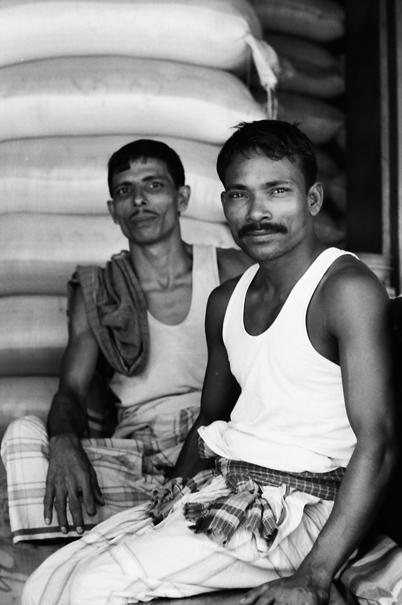 口髭を蓄えた労働者たち