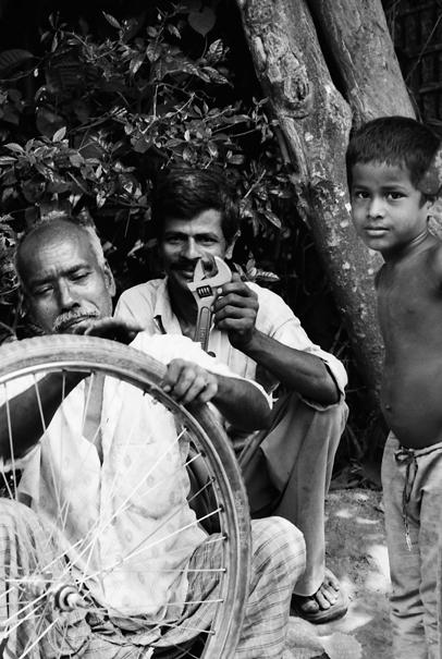 車輪を修理する男