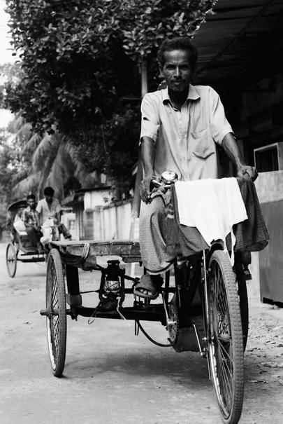 三輪車に乗った男