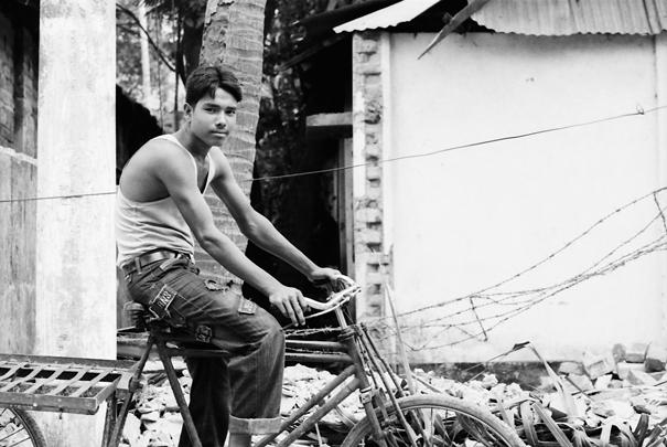 自転車に跨った青年