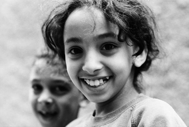 女の子の楽しげな笑顔
