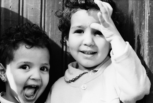 路地にいた幼い女の子たち