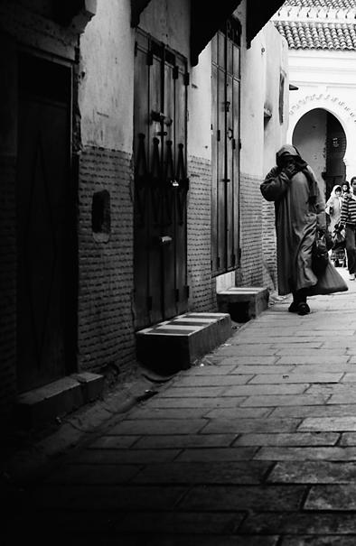 薄暗い路地を歩く人影