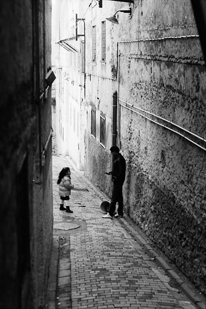 路地にいた男と女の子