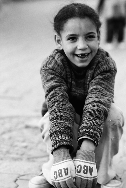 毛糸の手袋をした女の子
