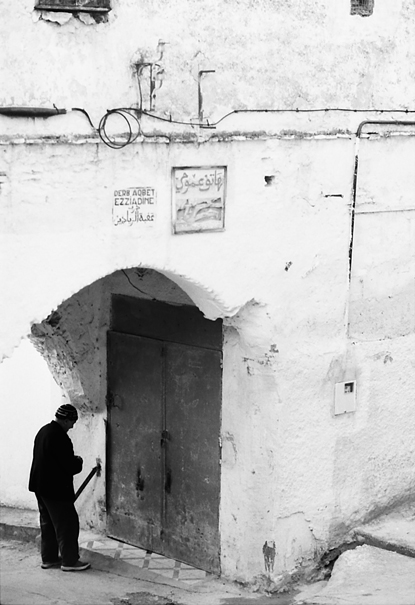 扉の前の男