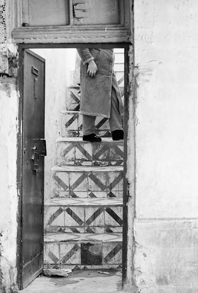 階段に立つ人影