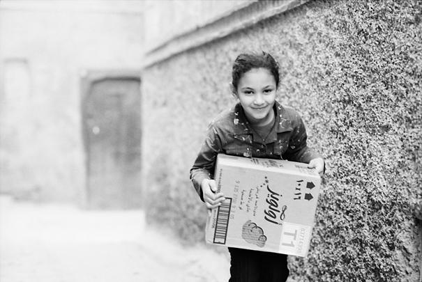 箱を抱える女の子