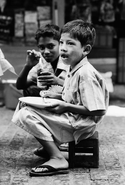 昼ご飯を食べていた男の子