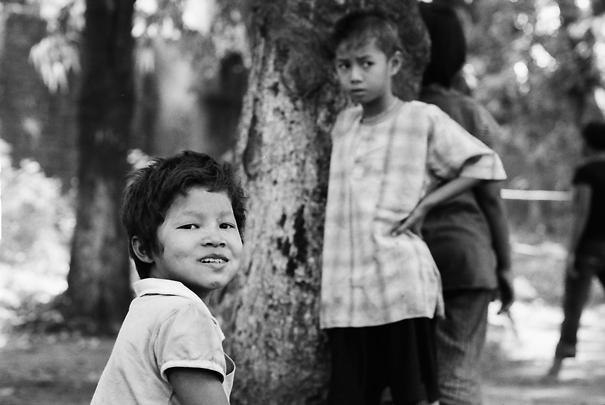 木立の中で遊ぶ子ども