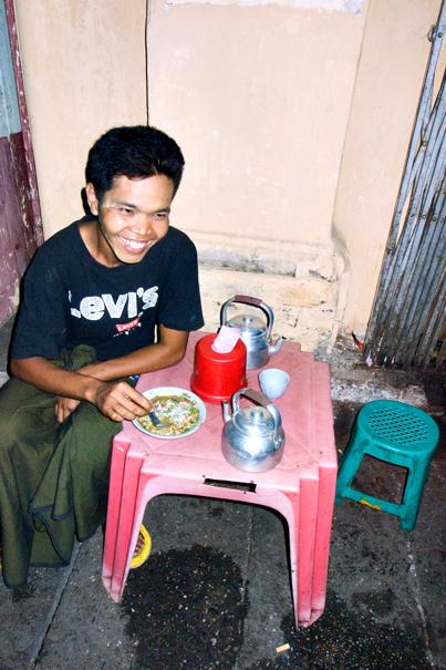 Man eating Mo Hin Gar