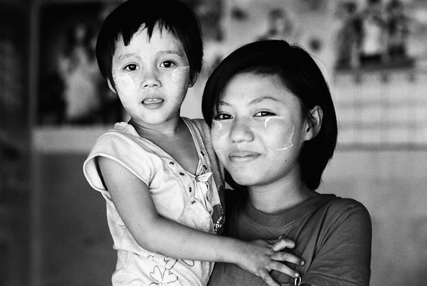 女の子と若い母親