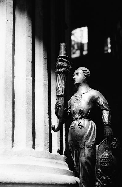 燭台を持つ像