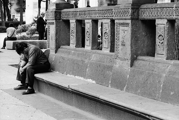 ベンチで下を向く男