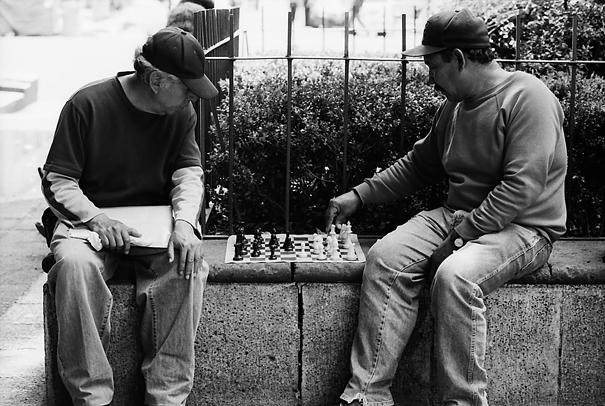 チェスをする男たち