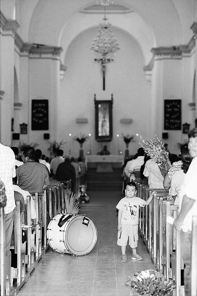 祭壇に背を向ける男の子