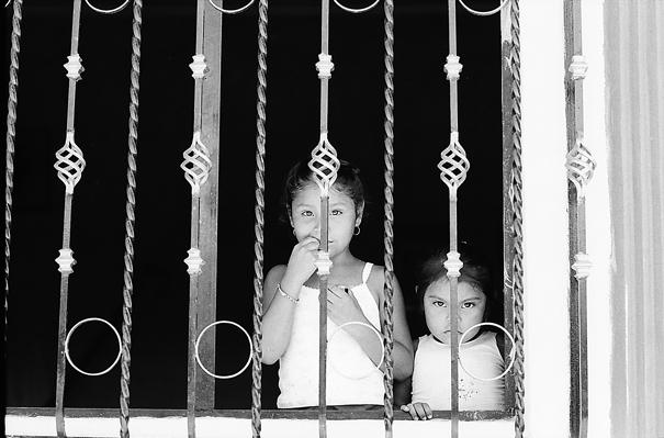窓辺に立つ姉妹
