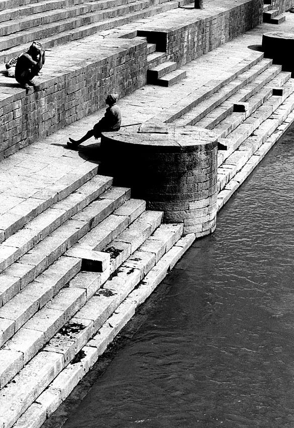 川辺にあった二人の人影