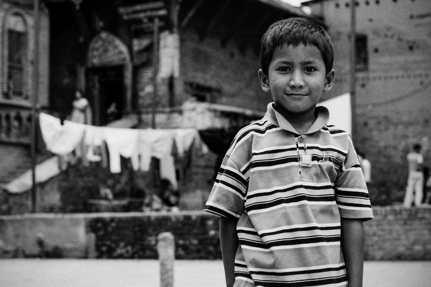 広場に立つ男の子