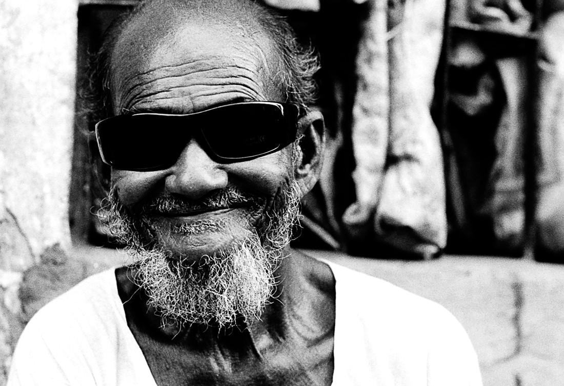 格好いいサングラスを掛けた老人