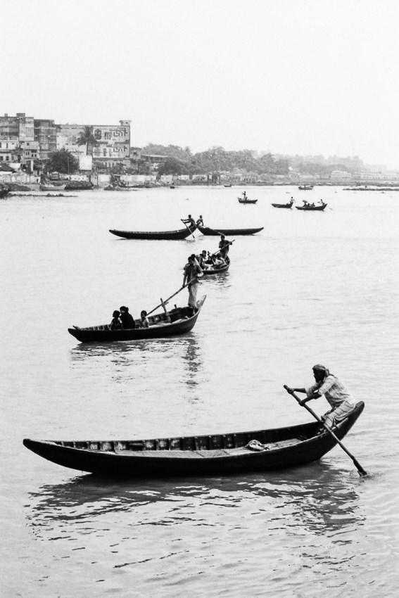 ブリガンガ川に浮かぶ渡し船