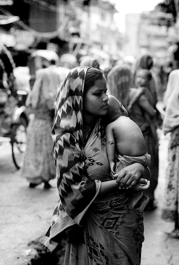 幼子を抱える母