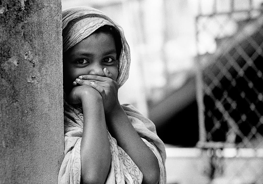 口を隠しながら凝視する女の子
