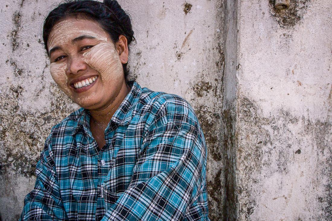 照れ笑いするタナカを塗った女