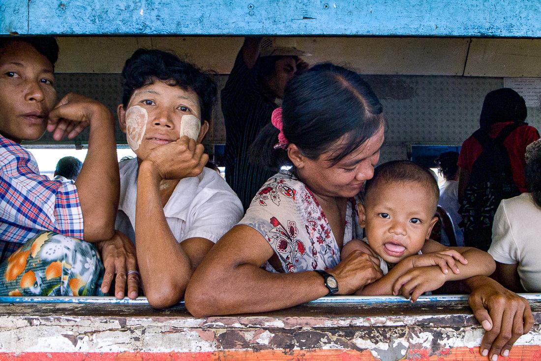 ヤンゴン環状線の車窓から顔を出した乗客