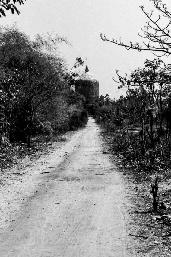 道の先に見えるボウボウヂー・パヤー
