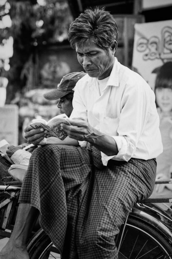 サイカに乗って読書する男