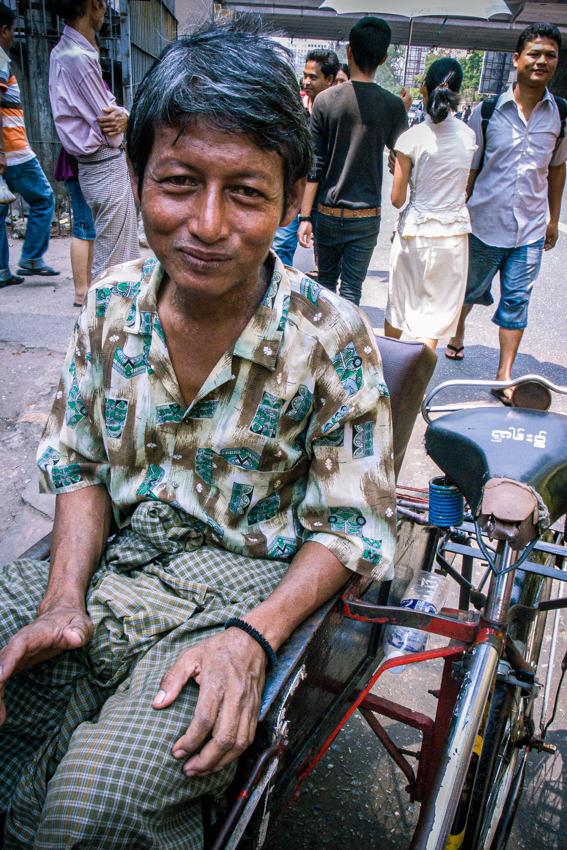 ロンジーを穿いた自転車タクシーの運転手