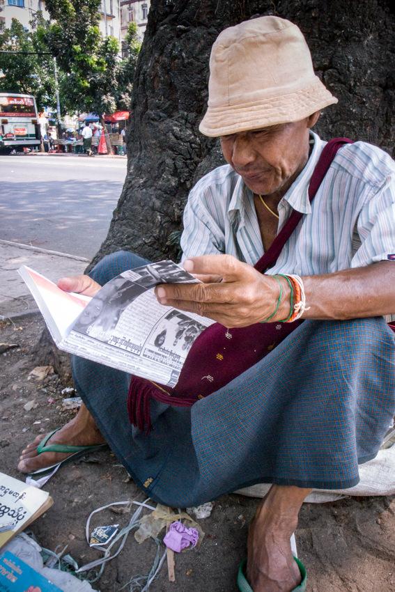 読書する男