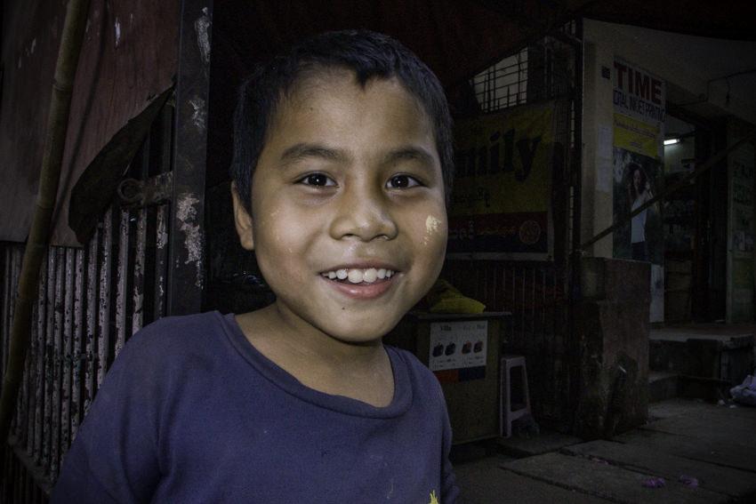 喫茶店の入り口で微笑む男の子