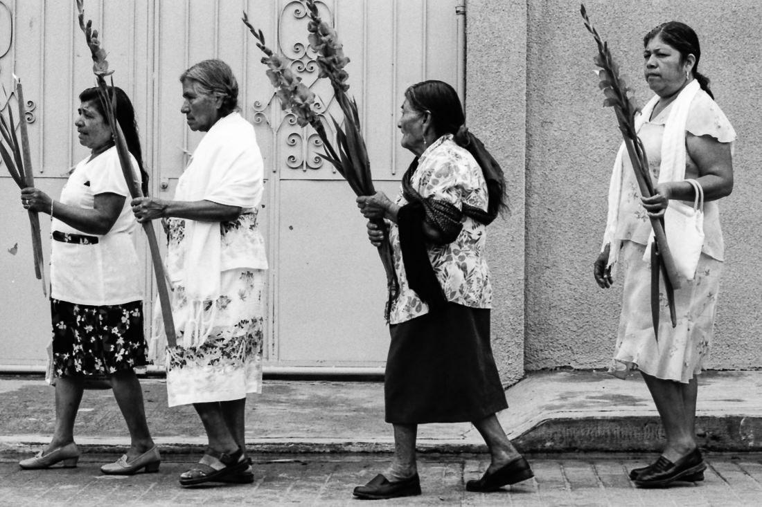 蝋燭と花を手にパレードに参加していた女性たち