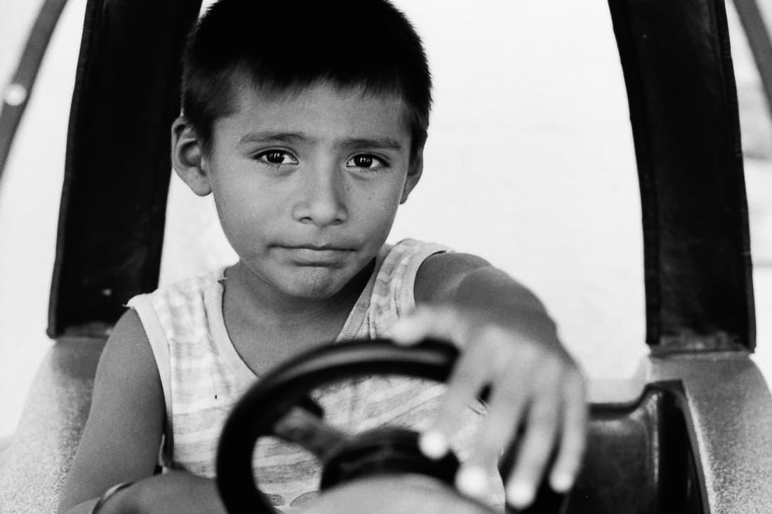 運転をする男の子