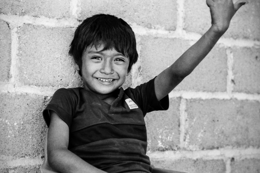 笑顔で腕を上げた男の子