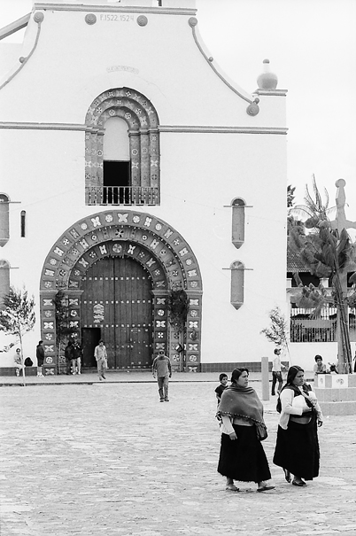 教会の前を歩く女