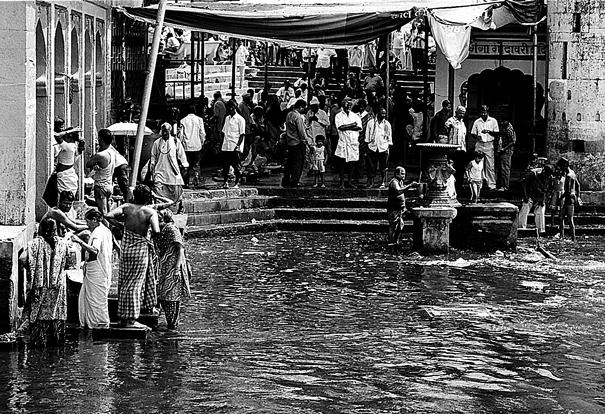 Pilgrims in Ramkund